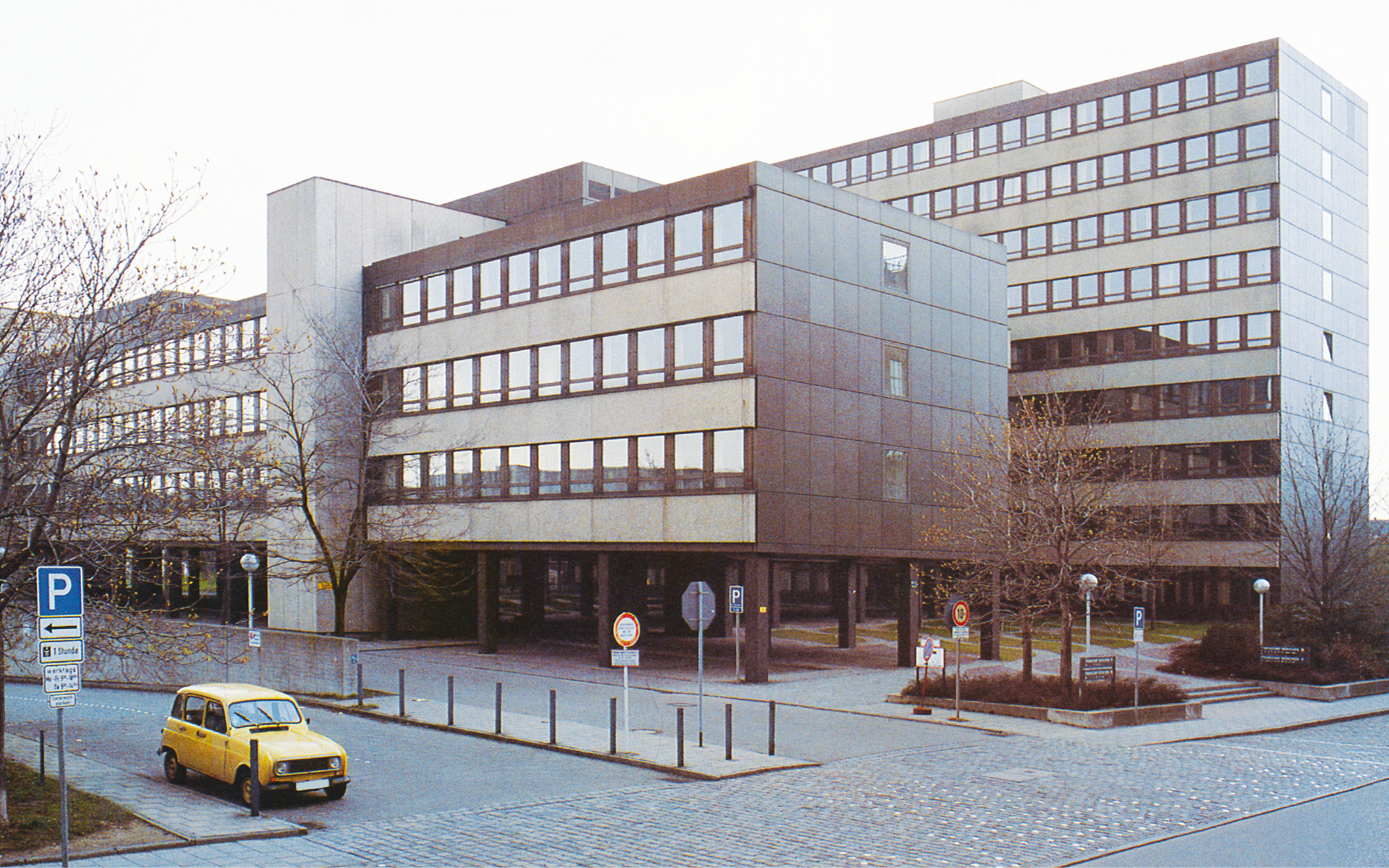 In 1975, the eight-story main building of the Munich Tax Office at Marsstraße was completed.