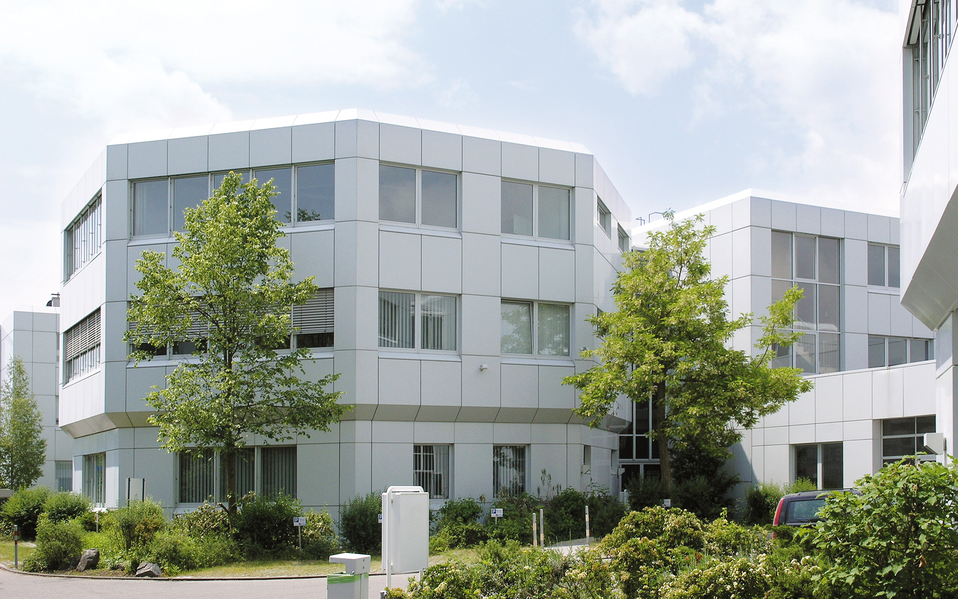 An office and commercial complex – the Octogon – was built in Ismaning and is today let by Pöttinger GmbH & Co. Verwaltungs-KG.