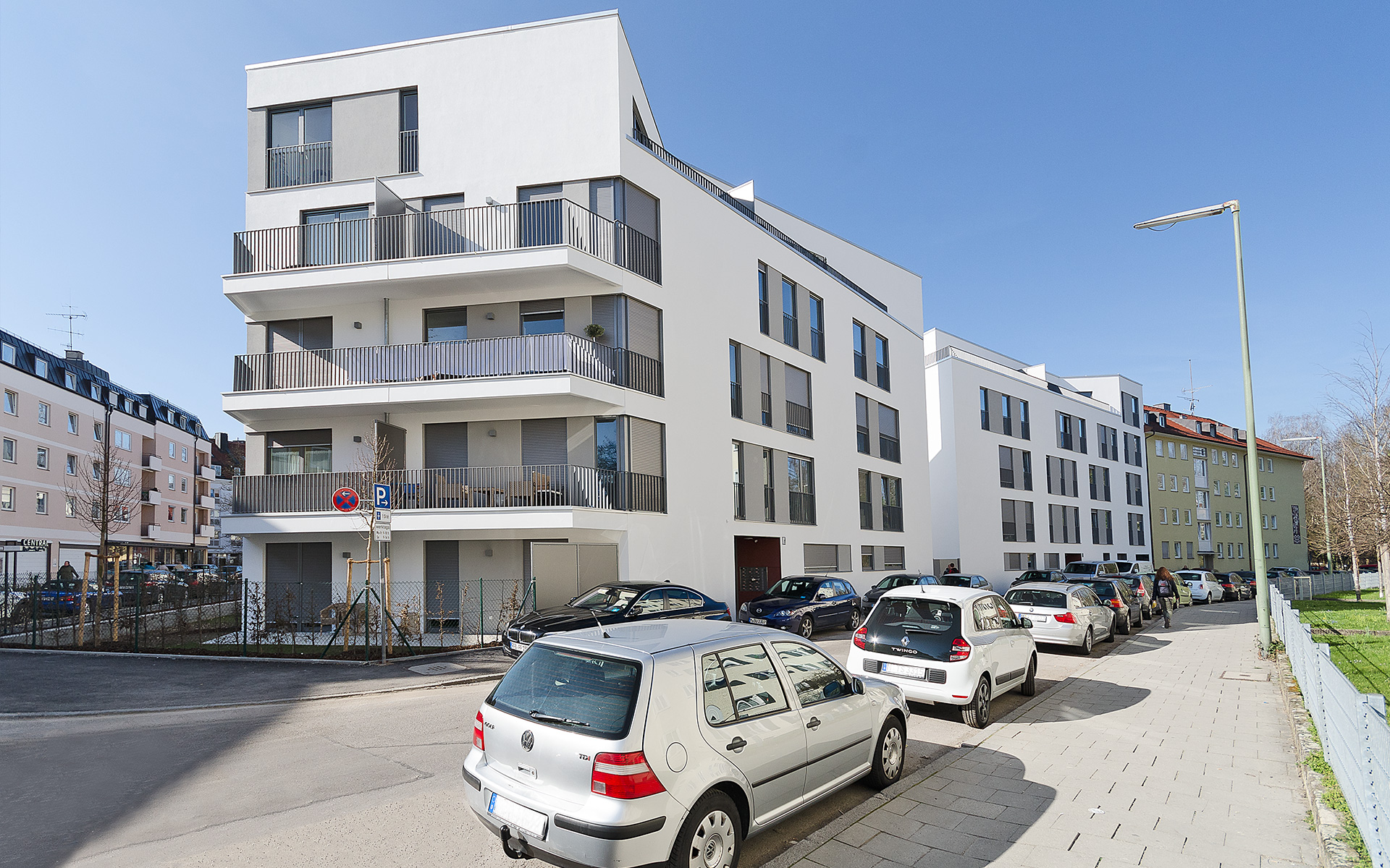 On two properties in Munich Pasing, Irmonherstr. 9 and 11, a modern residential building complex with 36 apartments and underground parking was constructed.