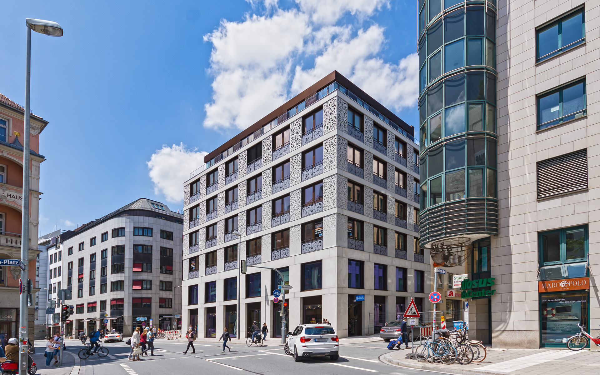 At an excellent location right in the historic heart of Munich, a premium quality and architecturally attractive office and commercial building was constructed.